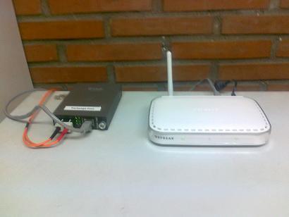 convertidor de medios conectado a punto de acceso WiFi